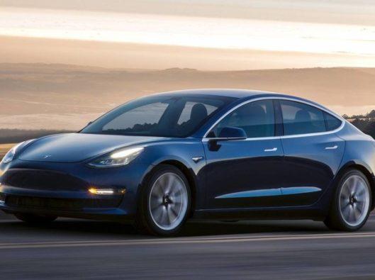 Tesla Model 3 a noleggio lungo termie