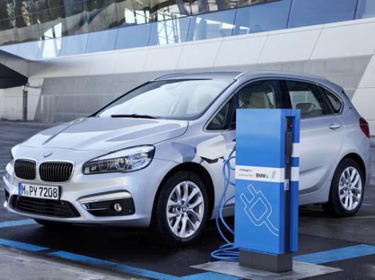 BMW Serie 2 ibrida a noleggio lungo termine, grazie al propulsore elettrico da 88CV fa oltre 40km a emissioni zero.